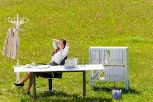 10459716-jeune-femme-d-39-affaires-dans-le-bureau-de-nature-pre-ensoleillees-de-detente-derriere-la-table